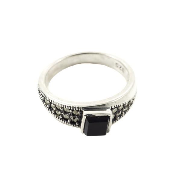 Sidabrinis žiedas su onikso akute RSA105 priekiu