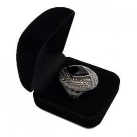 Didingas sidabrinis žiedas su oniksu RSA117 dėžutėje kampu