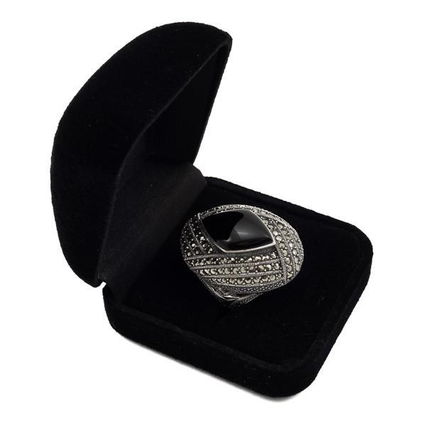 Didingas sidabrinis žiedas su oniksu RSA117 dėžutėje kampu paverstas