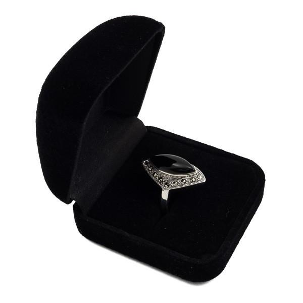 Sidabrinis klasikinio stiliaus žiedas su oniksu RSA106 dėžutėje kampu